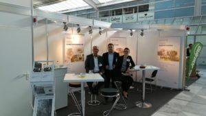 Pauline Raab, Sepehr Mohajer und Jörg Speikamp am QRC Group Messestand in München